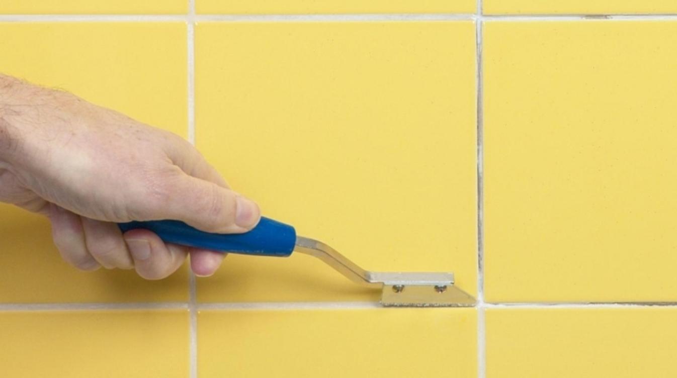 очистить (обновить) швы между плиткой