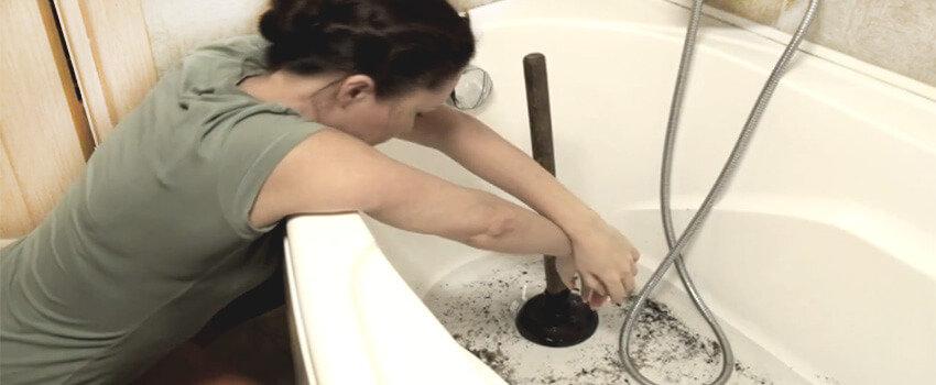 Как прочистить засор в ванной в домашних условиях
